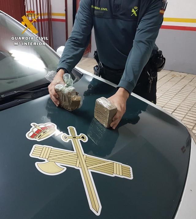 La Guardia Civil aprehende en Montoro casi un kilogramo de heroína y detiene a dos personas