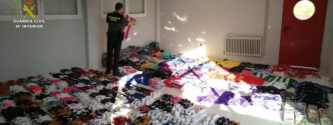 La Guardia Civil investiga a una persona en Priego de Córdoba e interviene numerosos efectos, entre ellos calzado y prendas deportivas falsificadas