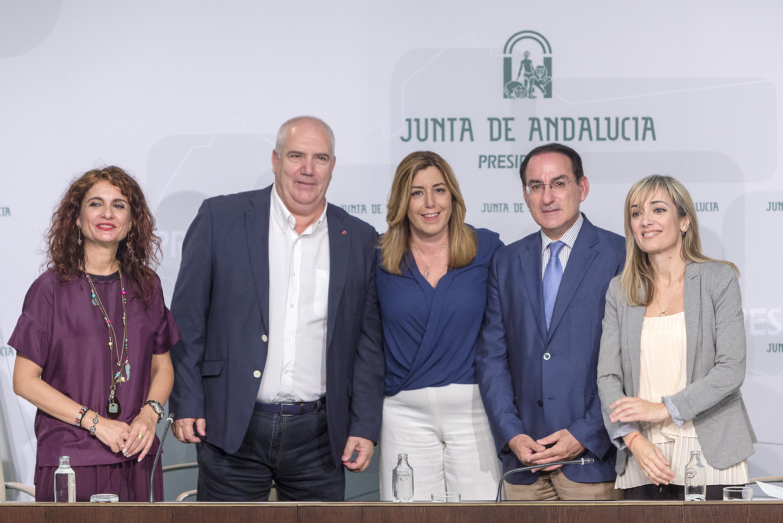 La presidenta de la Junta, Susana Díaz, preside en San Telmo la firma del Acuerdo del Gobierno andaluz con empresarios y sindicatos para la inclusión de cláusulas sociales y medioambientales en la contratación de la Administración Andaluza.El acto ha contado con la presencia  del presidente de la Confederación de Empresarios de Andalucía (CEA), Javier González de Lara, y de los secretarios generales de UGT-A, Carmen Castilla, y de CCOO-A, Francisco Carbonero. /10/10/16/ .( OPJA)/GC. Fotografía oficial de la Junta de Andalucía, se pone a disposición solamente para su publicación por las organizaciones de noticias y/o para la impresión de uso personal por parte del sujeto (s) de la fotografía. La fotografía no puede ser manipulada de ninguna manera y no se puede utilizar en materiales comerciales o políticos, los anuncios, productos, promociones que de alguna manera sugieran aprobaciçón o respaldo de la Junta de Andalucía.