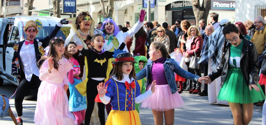 Montilla se inunda de color, música y serpentina tras el tradicional pasacalles de Carnaval
