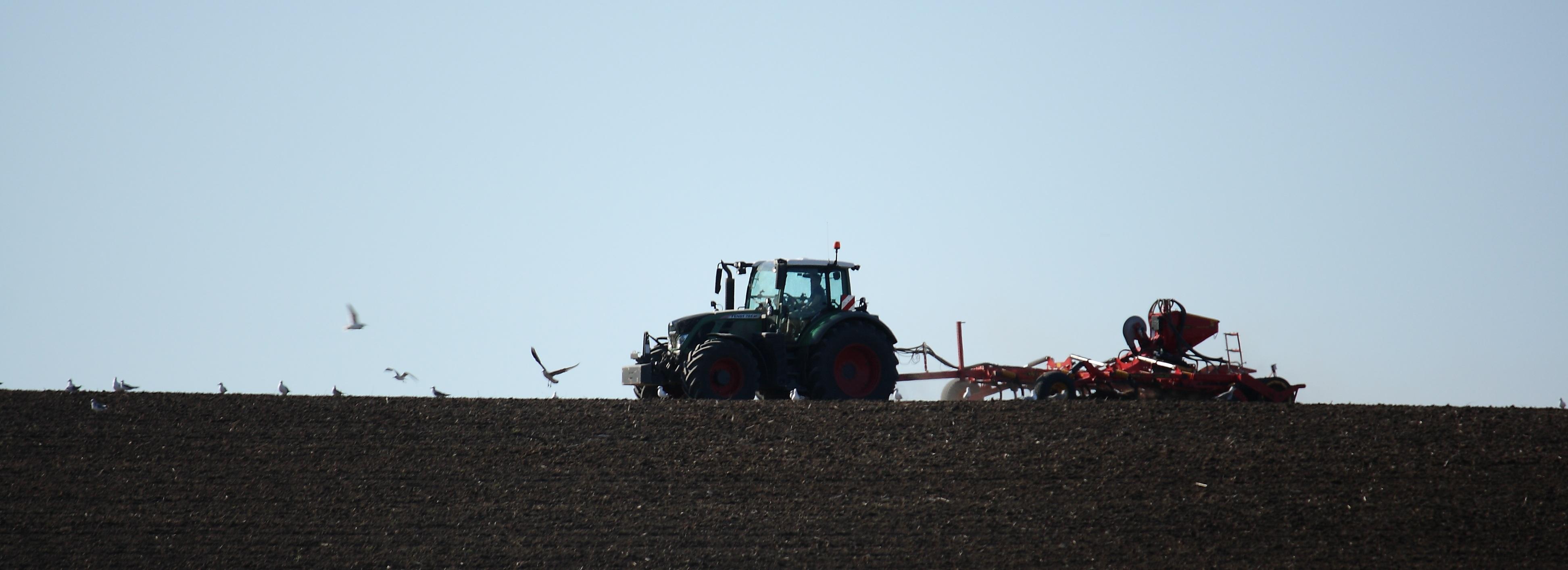 tractor-field-asphalt-crop-soil-agriculture-493438-pxhere.com