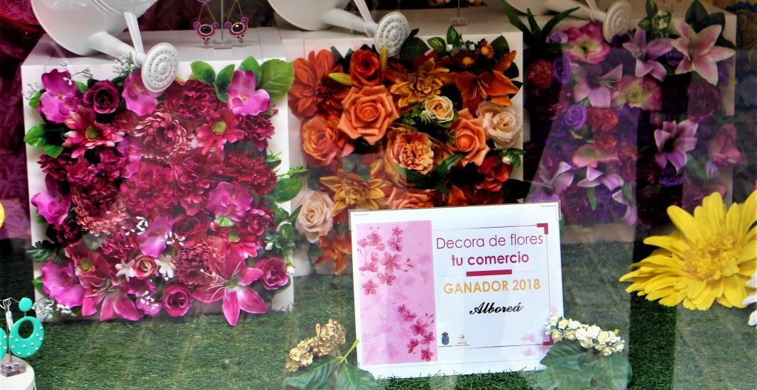 """La tienda de trajes de flamenca y sevillanas Alboreá gana el primer premio del concurso de escaparates """"Decora de flores tu comercio"""""""