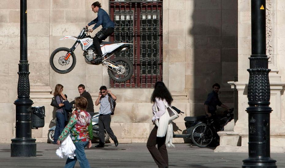 """SEV09. SEVILLA, 16/11/09.- El doble de Tom Cruise realiza un salto sobre una motocicleta durante el rodaje de la comedia romántica """"Knight and Day"""", dirigida por James Mangold, que hoy ha convertido el centro histórico de Sevilla en el plató de rodaje de la película . EFE/Julio Muñoz"""