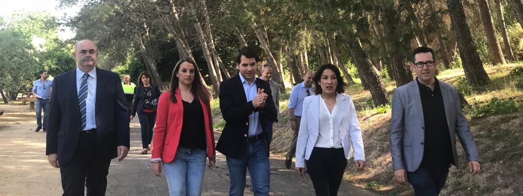 La delegada de la Junta y el director general de la Administración Local visitan la vía verde de Cabra y la ladera de la villa