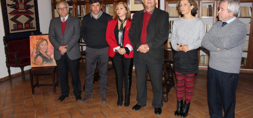 Cecilia Valdivia recibe en la Casa del Inca el premio obtenido en el Concurso de Arte organizado por la Universidad de Bellas Artes de Cusco
