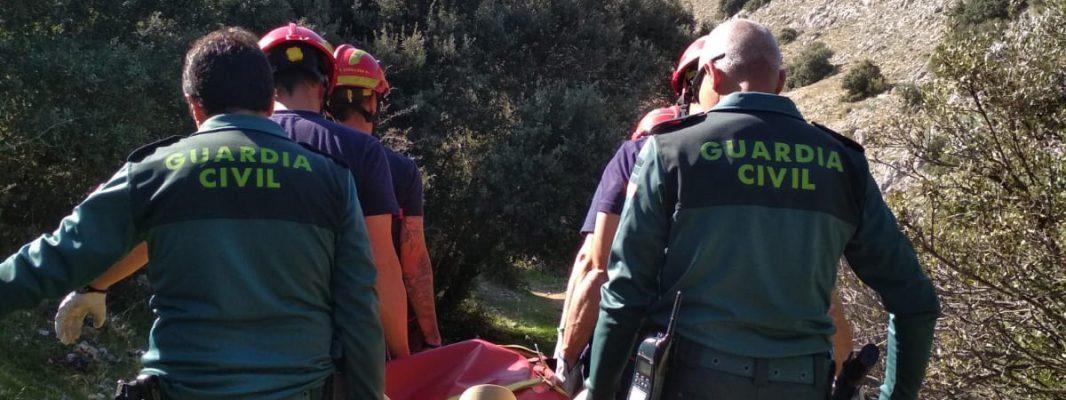La Guardia Civil, bomberos y Protección Civil de Baena rescatan a un senderista herido en la Sierra de Zuheros