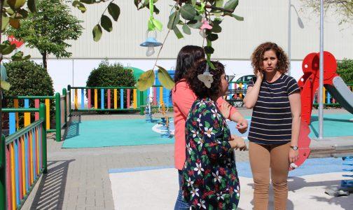 """El Ayuntamiento colabora con la instalación del """"árbol de los chupes"""" en el parque infantil de la calle Perú"""